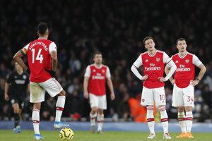 Hráči Arsenalu stoja v kruhu po góle Neala Maupaya z Brightonu počas zápasu 15. kola anglickej Premier League.