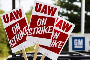 Transparenty počas demonštrácie pred areálom automobilky General Motors (GM) 16. septembra 2019.