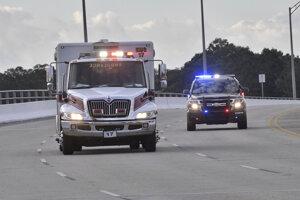 Polícia sprevádza záchranku po streľbe na leteckej základni Pensacola.