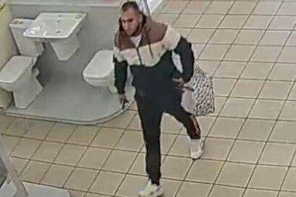 Hľadaný muž na zábere z bezpečnostnej kamery.