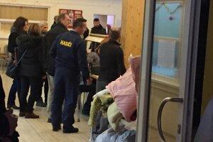 Ľudia sa schádzajú v krízovom štábe v ZŠ Prostejovská v Prešove.