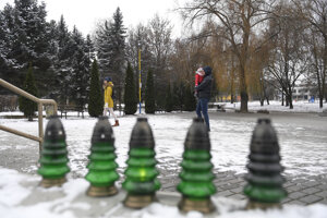 Pietne miesto so sviečkami neďaleko pri zhorenom bytovom dome v Prešove, pri kostole Kráľovnej pokoja.