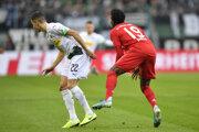 Lászlo Bénes (vľavo) a Alphonso Davies v súboji v zápase 14. kola Bundesligy 2019/2020 Borussia Mönchengladbach - Bayern Mníchov.
