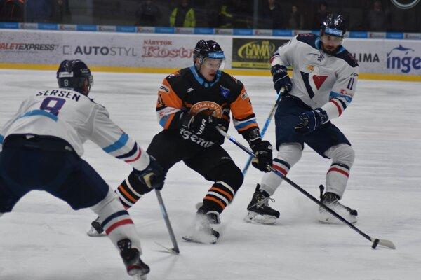 Radovan Bondra (vpravo) bráni autora jedného z dvoch gólov Dukly Villeho Korhonena.