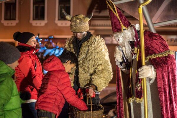 Mikuláš so svojimi pomocníkmi prišiel aj do centra Brezna.