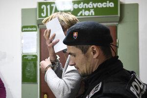 Jeden z trojice obvinených mužov z tragického výbuchu plynu na Mukačevskej ulici pred pojednávacou sieňou na Okresnom súde v Prešove.