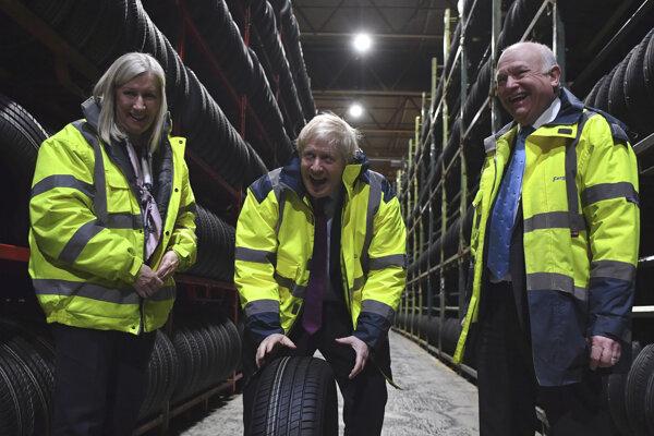 Boris Johnson obchádza krajinu, na domovský okrsok čas nemá.