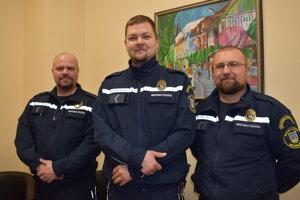 Ocenení policajti Vladislav Petrilák (zľava), Michal Mihalčin a Stanislav Bamburák. Pavol Štefan v službe nebol.