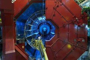 Pootvorené magnetické dvere odhaľujú vnútro experimentu Alice počas jeho inštalácie. Všimnite si osobu na zdvíhacej plošine pre porovnanie. Celý detektor je šestnásť metrov vysoký aj široký.