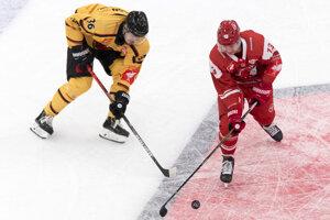 Emil Larsson (vľavo) z Lulea HF a Lee Roberts z HC Lausanne.