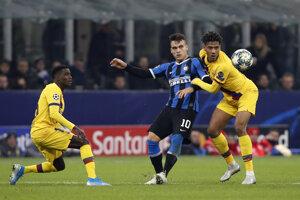 Lautaro Martinez (uprostred) v súboji s Jean-Clairom Todibom v zápase Ligy majstrov 2019/2020 Inter Miláno - FC Barcelona.