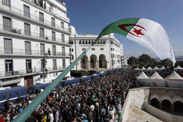 Alžírčania volia po mesiacoch protestov.