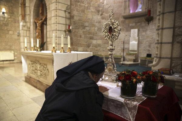 Mníška sa klaia relikvii - časti dreveného fragmentu pochádzajúceho údajne z jasličiek, v ktorých bol po narodení uložený Ježiš v kostole Notre Dame v Jeruzaleme 29. novembra 2019.