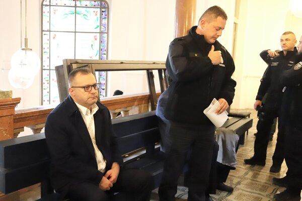 Obvinený bývalý šéf Tiposu Ján Barczi  sedí v budove Špecializovaného trestného súdu v Banskej Bystrici 29. novembra 2019.
