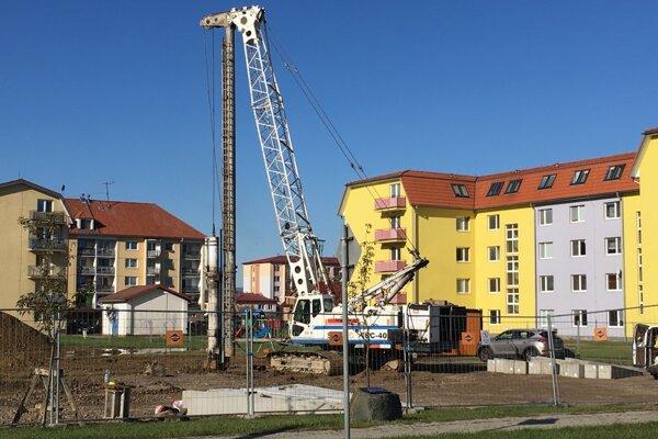 Výstavba bytovky na Sídlisku pod Sokolejom. Aby sa zabránilo prenikaniu vlhkosti z mokrého podložia, v októbri stavbári narazili do zeme niekoľko desiatok základných pilót.