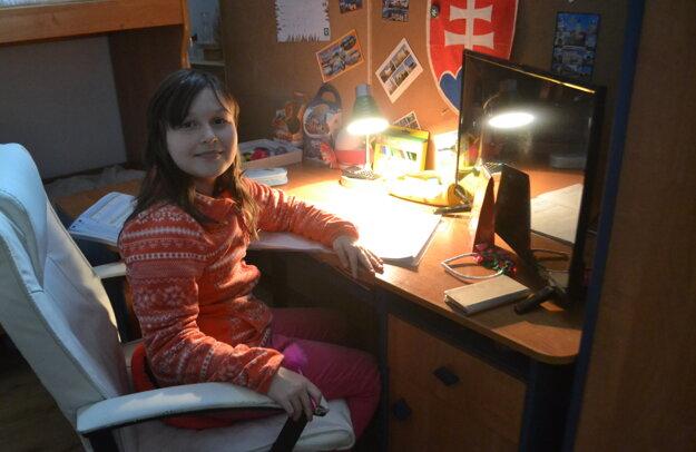 Vďaka starostlivému otcovi má dnes Dianka vlastnú izbu. Bojí sa, že o ňu príde, ak sa budú musieť vysťahovať.