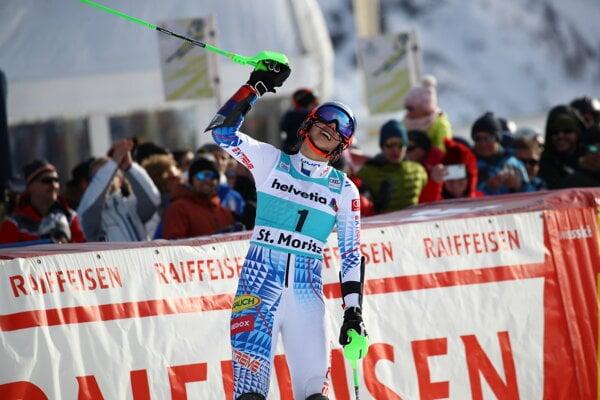 Petra Vlhová oslavuje triumf v pretekoch paralelného slalomu v St. Moritzi.