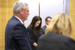 Premiérka Nového Zélandu Jacinda Ardernová počas minúty ticha.