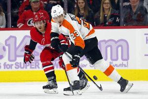 Zľava obranca Caroliny Hurricanes Dougie Hamilton a útočník Philadelphie Flyers Oskar Lindblom.