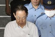 Hideaki Kumazawa v sprievode polície.