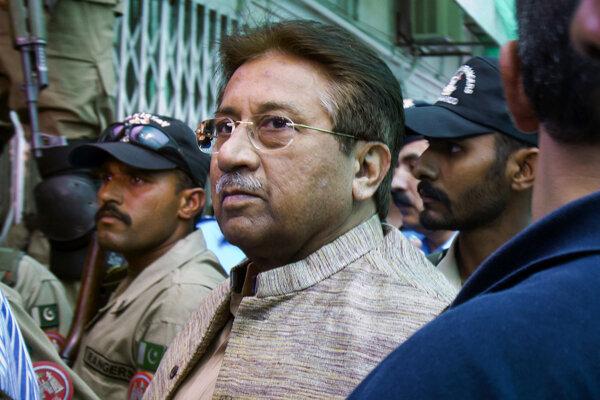 Parvíz Mušarraf v sprievode polície.