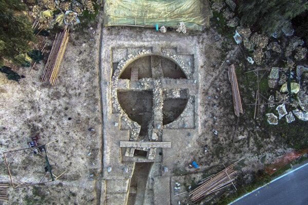Letecký záber hrobky, ktorú našli pri gréckom meste Pylos. Hrobka je stará 3 500 rokov.