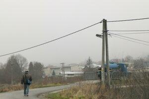 Žena kráčala od autobusu po tejto ceste smerom k mostu. Tu sa stala obeťou brutálneho prepadnutia.