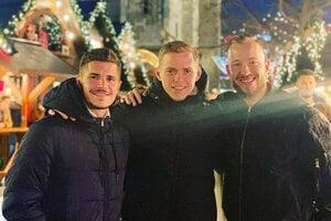 Trojica východniarov na vianočných trhoch v Berlíne, zľava František Vancák, Ondrej Duda a František Pavúk.