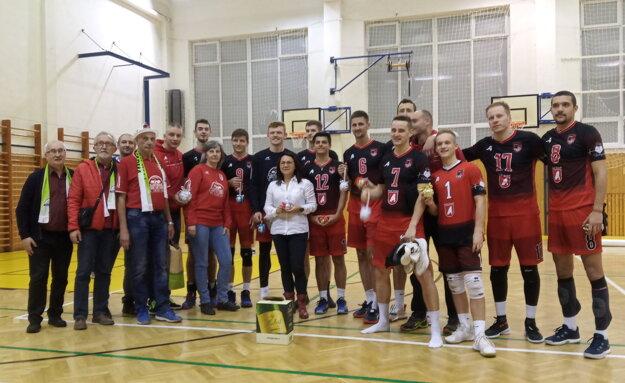 Volejbalisti Svidníka s fanúšikmi.