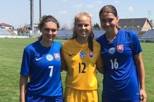 Nikola Šobáňová (vľavo) v reprezentačnom drese so svojimi spoluhráčkami.