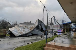 Podľa portálu imeteo.sk mal silný vietor sthnúť strechnu na budove potravín v Hnúšti, avšak primátor Roman Lebeda túto informáciu vyvrátil s tým, že nejde o toto mesto, ale zrejme o Slovenské Pravno.