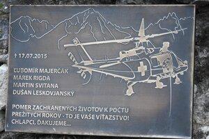 Pamätná tabuľa pripomínajúca tragédiu záchranárskeho vrtuľníka.