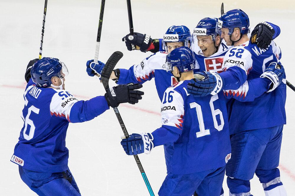 Slovenskí hokejisti sa tešia z gólu na MS.