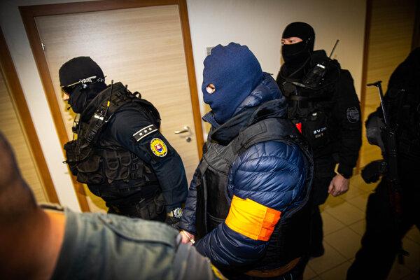 Zoltán Andruskó na Špecializovanom trestnom súde v Pezinku. Tmavomodrú kuklu mal na hlave na vlastnú žiadosť. Počas verejného zasadnutia si ju však dal dole. Nemohli ho však snímať kamery.