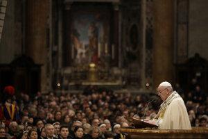 /ápež František počas večernej omše, ktorá obsahuje vešpery a ďakovné Te Deum na záver roka v Bazilike sv. Petra vo Vatikáne.