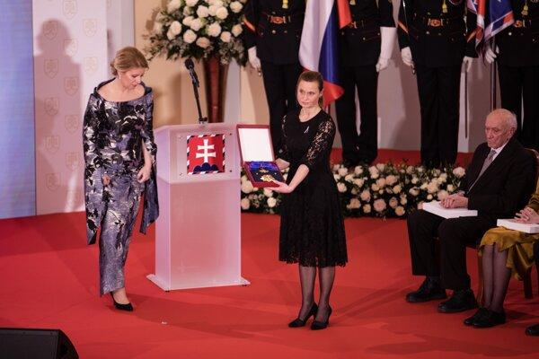 Prezidentka Zuzana Čaputová a členka Klubu Milady Horákovej Erika Mačáková, ktorá preberá štátne vyznamenanie Rad Bieleho dvojkríža I. triedy in memoriam pre českú právničku a političku Miladu Horákovú.