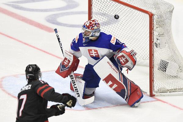 Na snímke vľavo Connor McMichael (Kanada) strieľa druhý gól , vpravo prekonaný brankár Samuel Hlavaj (Slovensko) vo štvrťfinálovom zápase MS hokejistov do 20 rokov Kanada - Slovensko.