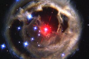 Október: V januári 2002 došlo k ohromnému vzplanutiu hviezdy V838 Monocerotis v súhvezdí Jednorožec. Dočasne bola 600-tisíckrát jasnejšia ako Slnko.