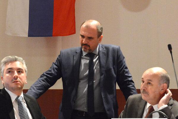 """Vo vedení župy to kvôli dotáciam iskrilo. Kým Rusnákovi (vpravo) """"pozmeňováky"""" prešli, Trnka (vľavo) a Pataky (v strede) podporu nenašli."""