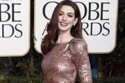Anne Hathaway v roku 2011, šaty značky Armani.