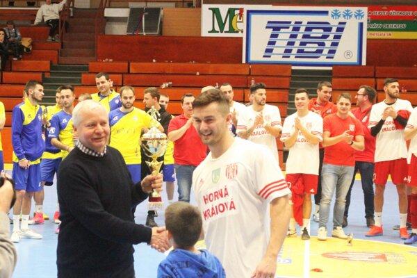 Tibor Rábek z firmy TIBI odovzdal víťaznú trofej Matejovi Blehovi z Hornej Kráľovej.