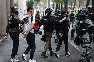 Polícia zatkla niekoľko desiatok ľudí.