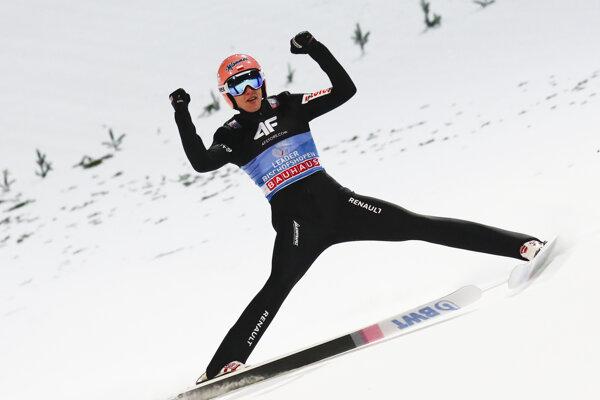 Dawid Kubacki oslavuje triumf v rakúskom Bischofshofene.