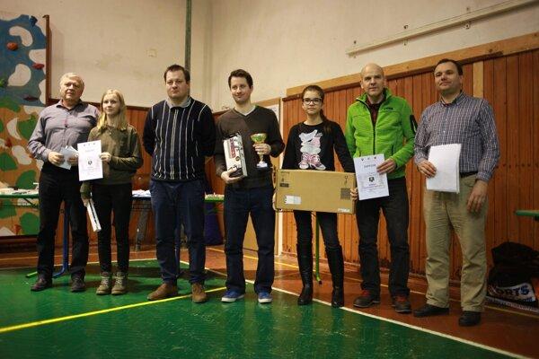 Medailisti s riaditeľom turnaja Pavlom Holeštiakom (vpravo).