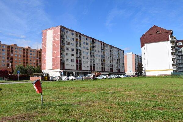 Polyfunkčný objekt s bytmi by mal vyrásť na tomto pozemku na žiarskom sídlisku.