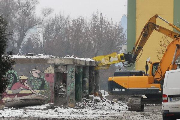 Búranie posledných častí bytového domu.