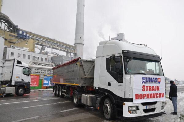 Kamióny dnes stáli pri ružomberských papierňach. Je to cesta, ktorá smeruje dopravu na diaľnicu pri Ivachnovej. Zápchy sa tvorili aj v smere z Banskej Bystrice.