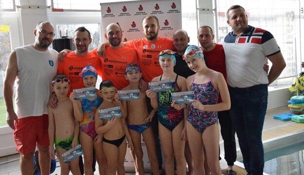 Železní Žochári so svojimi deťmi a predstaviteľmi Pirana Sport Club Topoľčany po zaplávaní 24-hodinovky.