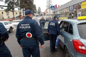 Mestskí a obecní policajti po novom môžu kontrolovať aj vodičov taxislužieb.