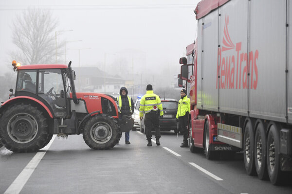 Takto v piatok blokovali cestu zo Šace do Moldavy nad Bodvou.